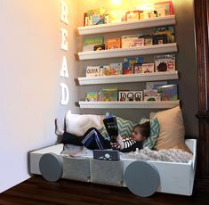 Reading area ! Area di lettura! Baby Floor Bed, Montessori, Man Cub, Natural Sleep, Baby Grows, Nursery Ideas, Toddler Bed, Relax, Flooring
