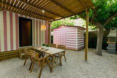 Mobil Homes en alquiler en el camping situado en primera línea de mar, en la Costa Dorada. Cinque Terre, Pergola, Outdoor Structures, Outdoor Decor, Home Decor, Beach Feet, El Dorado, Decoration Home, Room Decor