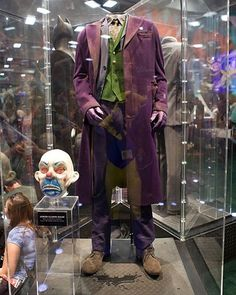 The Original Costume worn by Heath Ledger as The Joker in The Dark Knight. Currently on display at Warner Brothers Studios in California. Der Joker, Joker Art, Gotham Joker, Joker Costume, Joker Cosplay, Gotham City, Marvel Dc, Joaquin Phoenix, Dc Comics