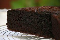 """TORTA HÚMEDA DE CHOCOLATE_Batir 3 huevos c/1 y 1/2 tz azúcar. Agregar 2 tz harina, 1/2 tz aceite y 1 tz de chocolate en polvo, pizca de sal. Agregar 1 tz agua caliente. Integrar. Agregar 1 cda polvo de hornear. Si la mezcla final queda muy blanda, agregar un poco más de harina < si es muy blanda al crecer se """"cae"""" la torta. Colocar en molde enmantecado y enharinado. Horno a Tº 1/2 x 40 min. Verificar q esté cocida pinchando el centro c/palito de madera"""