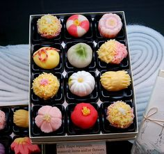 These Japanese tea cakes, mochi, made of glutinous rice and bean paste, are perfect.