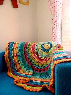 O crochê é um ótimo artigo para deixar a decoração bem colorida e confortável!