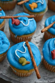 Vanilla cupcake with blue icing, gold fish and pretzels