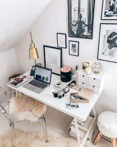 25 Stunning Small Home Office Ideas That Will Inspire You Seeking for inspirations to decorate your workspace? See our list of Small home office ideas with variety of design and cool furniture to boost your productivity Home Office Layouts, Home Office Space, Home Office Design, Home Office Decor, Home Decor, Office Ideas, Men Office, Office Spaces, Small Office
