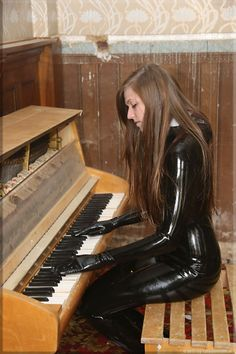 Brunette in black latex catsuit playing piano Rubber Catsuit, Latex Catsuit, Latex Babe, Sexy Latex, Latex Wear, Fetish Fashion, Latex Fashion, Mode Latex, Natural Latex