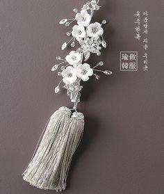 노리개ㆍ향대 Jade Jewelry, Clay Jewelry, Metal Jewelry, Korean Traditional Dress, Traditional Dresses, Asian Hair Accessories, Korean Jewelry, Korean Hanbok, Beautiful Costumes