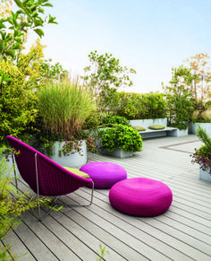Roof Terrace with Modern Garden Furniture. Balcony & Rooftop Gardens in Small City Garden Design Ideas. Discover how to inject some greenery into your small rooftop garden, terrace or balcony on House & Garden. Rooftop Terrace Design, Terrace Garden, Rooftop Gardens, Balcony Gardening, Garden Seating, Garden Pots, Modern Garden Furniture, Furniture Ideas, Outdoor Furniture
