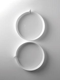 het tekstballonservies van Peter Goossens - Tableware by serax Glass Ceramic, Ceramic Art, Boutique Deco, Modern Industrial, Industrial Design, Simple Shapes, Porcelain Ceramics, White Art, Earthenware
