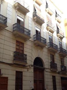 Piso en venta en Eixarch, junto al mercado central, tiene 5 habitaciones, 2 baños, con ascensor, balcón… sigue la visita virtual  http://www.idealista.com/pro/desiree-hato-gestion-de-inmuebles/inmueble/29021329/visita-virtual
