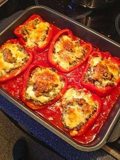 Cremig gefüllte Paprikaschiffchen auf fruchtigem Tomatenmeer, ein schönes Rezept aus der Kategorie Auflauf.