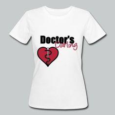 """""""Doctor's Darling"""" - Sehr schönes Produkt für Ärzte, ihre Helfer, ihre Familien und ihre Patienten. Großartige Medizin für die Augen! Ideal auch für Praxen und Krankenhäuser. Über 50 Artikel mit HOHER Qualität. Zeigt Liebe und Support für eure Ärzte! #doktor #arzt #ärzte #medizin #mediziner #gesundheitswesen #arzthelferin #krankenschwester #praxis #krankenhaus #ärztin #patienten #liebe #herz #familie #shirts #berufe #geschenke"""