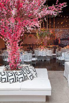 A decoração de festa de 15 anos inspirada em Grécia e no filme Mamma Mia foi elaborada pela Miss Sugar, que apostou em azul e branco e flores rosa.