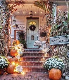 These cute fall porch ideas are guaranteed to look stunning! From memorable door… These cute fall porch ideas are guaranteed to look stunning! From memorable doormats to beautiful staircase decor ideas there's something for everyone! Halloween Veranda, Fall Halloween, Scary Halloween, Vintage Halloween, Halloween Ideas, Happy Halloween, Halloween Costumes, House With Porch, Fall Home Decor