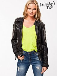 Biker jacket with studs - trendy in 2014 and super sexy! Types Of Jackets, Warm Coat, Jackets Online, Things To Buy, Military Jacket, Womens Fashion, Fashion Trends, Bomber Jacket, Black Jackets