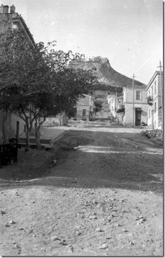 1908 ~ Ploutarchou street in Kolonaki, Athens. Lycabettus Hill in the background Greece Pictures, Old Pictures, Old Photos, Vintage Photos, Athens History, Greece History, Athens City, Athens Greece, Bauhaus