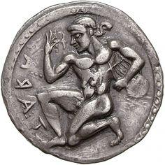 Ausstellungen im Alten Museum AM-001/74 Beginn der Münzprägung Obverse TARAΣ [retrograd]. Der nackte Apollon Hyakinthios kniet nach l., in seiner l. Hand hält er hinter dem Körper eine Leier (lyra), in der r. Hand hält er eine Hyazinthe, an welcher er riecht. Sogenannter laufender Hund als Rand. Reverse Dasselbe Bild wie auf der Vorderseite nun nach r. und seitenverkehrt. Das Ganze vertieft (inkus) und mit Binnenzeichnung. Strichmuster als Rand. Date ca. 510-500 v. Chr. Denomination Stater
