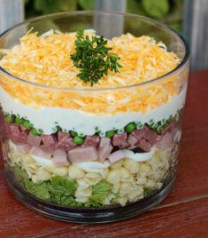 This Layered Pasta Salad is a complementary side dish at BBQ's and potlucks, but it really is a full and hearty meal in itself. Layered Pasta Salad Favorite Family Recipes favfamilyrecipz **FOOD LOVE** This Layered Pasta Salad is a complementary si Pasta Salat, Side Salad Recipes, Recipes Dinner, Cold Pasta Recipes, Leftover Ham Recipes, Easter Leftovers Recipes, Side Dishes For Bbq, Soup And Salad, Ham Salad