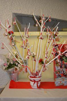 arbre souhaits vase avec branches d 39 arbre sur lesquelles sont accroch s des ballotin de. Black Bedroom Furniture Sets. Home Design Ideas