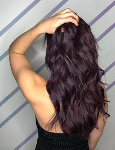 These 3 Hair Color Trends Are About to Be Huge for Brunettes - Health We predict that rose brown, blackberry, and mushroom hair are going to be popular this spring. Pelo Color Borgoña, Mushroom Hair, Wine Hair, Hair Color Purple, Red Color, Purple Brown Hair, Subtle Purple Hair, Deep Burgundy Hair Color, Black Cherry Hair Color
