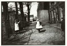 Kinderen spelend voor ingang Breitners atelier op Prinseneiland in Amsterdam, George Hendrik Breitner, Harm Botman, c. 1890 - c. 1910
