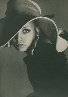 Twiggy in a vintage hat and curls, 1960s.