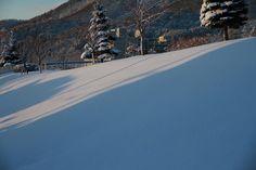 雪面に朝日が照らす。
