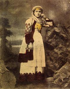 Επιστολικό δελτάριο. Απεικονίζεται γυναίκα με φορεσιά Αττικής. Αρχές 20ού αιώνα. Συλλογή Πελοποννησιακού Λαογραφικού Ιδρύματος, Ναύπλιο. Postcard of a woman wearing a costume of Attica. Early 20th c. Peloponnesian Folklore Foundation collection, Nafplion.