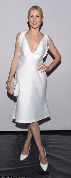 Kelly Rutherford in Son Yung Wan - Eye catching white dress with playful plunging neckline exposing some skin