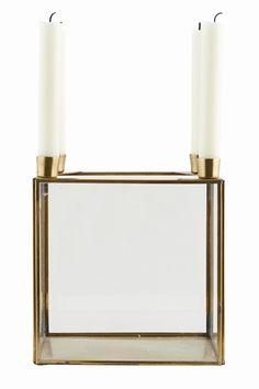 House Doctor - Square lysestage i messing med glassider fra HjemmeLiv.dk Stagen har plads til 4 lys og kan styles på et utal af måder. Brug den som adventsstage, til blomster dekorationer eller ting du holder af. Kun din fantasi sætter grænser. Passer til almindelige kronelys.