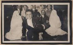 Algunas personas consideran que no se pueden sacar fotos a los fantasmas, o más bien, que es imposible que en una foto normal aparezca un fantasma. La razón que suelen dar es sencilla, lo primero es que consideran que hay muchas personas que se han quedado arraigadas a la tierra y viven un plano similar o el mismo, dependiendo de quien te lo diga y, por tanto, si hay tantos fantasmas aquí deberían de aparecer en todas las fotografías.