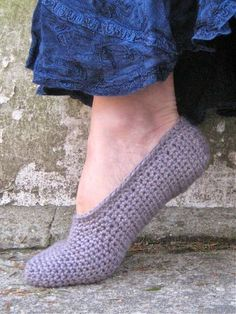 Free Pattern for Simple Crochet Slippers for Teens and Adults Keep your feet toasty warm with a pair of simple crochet slippers. This free pattern is for an adult slipper pattern crafted entirely of single crochet stitches. Easy Crochet Slippers, Crochet Boots, Knit Or Crochet, Crochet Crafts, Crochet Clothes, Crochet Stitches, Crochet Baby, Knit Slippers, Crochet Granny