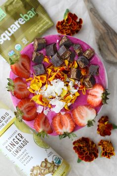 Amazing recipe for an easy, vegan smoothie bowl made with Pitaya, Ginger Lemonade & more!