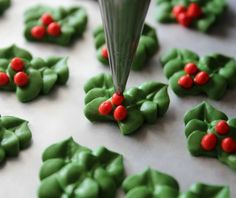 Royal Icing Holly Decorations: How To Sugarbelle christmas cupcakes Christmas Cupcakes, Christmas Desserts, Christmas Treats, Christmas Cookies, Cake Decorating Techniques, Cake Decorating Tutorials, Cookie Decorating, Decorating Cakes, Cake Icing