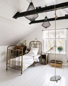 Chambre à l'esprit cabinet de curiosités avec balançoire vintage.