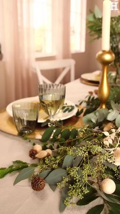 Süßer, äh Verzeihung grüner die Glocken nie klingen und während sich einige Weihnachtsmuffel noch vor dem Fest der Liebe sträuben, zeigen wir euch im dritten Teil aus unserer Serie festliche Tischdeko, mit welchen Tipps und Tricks man selbst mit jeder Menge natürlichen Elementen für einen großen weihnachtlichen Wow-Effekt an einer gedeckten Tafel sorgen kann. Beautiful Moments, Events, Table Decorations, Dining, Christmas, Home Decor, Nail, Hair, Christmas Houses