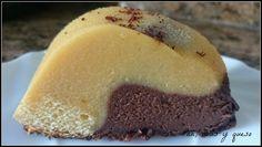 Mitad de chocolate blanco, mitad de chocolate negro. Así es esta tarta que comparten desde el blog PAN, UVAS Y QUESO.