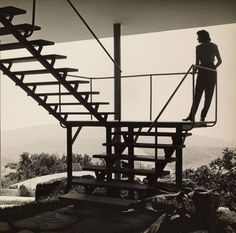 Transformers of the Modern House: Albert Frey and Lina Bo Bardi at the Palm Springs Art Museum - Photo 1 of 10 - Bo Bardi on the steps of her Casa de Vidro Farnsworth House, Museum Architecture, Modern Architecture, Aldo Van Eyck, H Design, Stage Design, Modern Masters, Modern Staircase, Staircase Metal