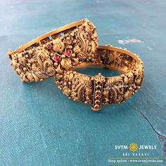 Buy gold bangles online from Sri Vasavi Thanga Maaligai Jewellers. Find the best designs South Indian and antique designs from our amazing range. Gold Bangles Design, Gold Earrings Designs, Unique Earrings, Antique Jewellery Designs, Handmade Jewellery, Antique Jewelry, Jewelry Design, Bridal Bangles, Gold Jewelry