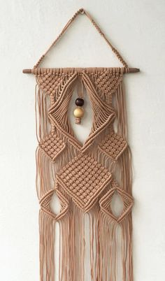 O macramê está novamente na moda, com grande destaque na decoração da casa. Reunimos para si os melhores projetos em macramê. Você vai adorar tanta ideia!