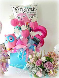 Detalles Globos y Chocolates Best Gift Baskets, Candy Gift Baskets, Candy Gifts, Balloon Box, Balloon Gift, Balloon Bouquet, Balloon Table Decorations, Balloon Arrangements, Cute Gifts