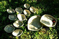 Set di ciotole a forma di foglia in grès e smalto trasparente artigianale.