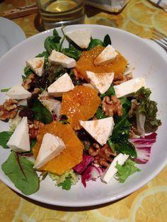 Ensalada variada con media naranja, queso de brugos i fresco 0% mg, pasas y nueces Aliño: media naranja exprimida, vinagre balsámico y miel