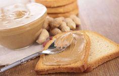 ¡Dip de mantequilla de maní, yogur griego y miel! Prepáralo con la siguiente receta: http://www.sal.pr/?p=97176