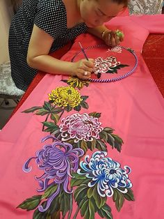 Dress Painting, Fabric Painting, Fabric Art, Saree Painting Designs, Fabric Paint Designs, Hand Painted Sarees, Hand Painted Fabric, Floral Embroidery Patterns, Embroidery Designs