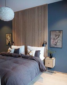 Akzentwand - der letzte Trend in der modernen Wandgestaltung - Akzentwand moderne Wandgestaltung Holzbretter beiderseits symmetrisch zwei Bilder Wandlampen Nachtti - Modern Master Bedroom, Wood Bedroom, Master Bedroom Design, Blue Bedroom, Minimalist Bedroom, Home Decor Bedroom, Contemporary Bedroom, Modern Wall, Bedroom Ideas