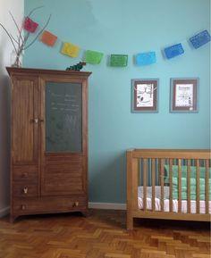 Apartamento Tijuca - AArquitetos.org Quarto do bebê: Armário vintage com puxadores de bichinhos e porta de lousa, bandeirinhas mexicanas.