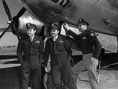 広島に原爆を投下した後のB-29爆撃機「エノラ・ゲイ(Enola Gay)」の搭乗員。左から、セオドア・バン・カーク(Theodore Van Kirk)航法士、ポール・ティベッツ(Paul Warfield Tibbets, Jr)機長、トーマス・フィアビー(Thomas Ferebee)爆撃手(1945年8月撮影、資料写真)。(c)AFP ▼30Jul2014AFP|広島への原爆投下機「エノラ・ゲイ」、存命最後の1人が死去 http://www.afpbb.com/articles/-/3021843 #Enola_Gay