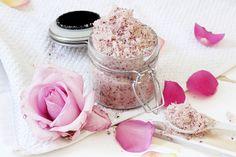 Körperpeeling lässt sich ganz leicht selber machen. Ich zeige dir auf meinem eine einfache DIY Anleitung für ein herbstliches Peeling mit Rose-Mandel Duft!