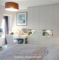 idée coin chambre studio  (lit retourné et encadré de meubles de rangements/bibliothèques) + coin bureau avec étagères/biblios