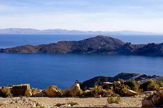 Lago Titicaca  Considerado o lago navegável mais alto do mundo, o Lago Titicaca é dos pontos turísticos mais bonitos da Bolívia. O lago é alimentado por chuvas, degelo das geleiras e é alimentado por outros cinco grandes rios. O Lago Titicaca possui 41 ilhas, algumas habitadas outras não. As atrações mais famosas da região são a Ilha da Lua, a Ilha do Sol e a cidade de Copacabana.